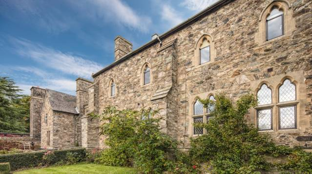 Beautiful Abbey sensitively preserved with EB20 steel windows