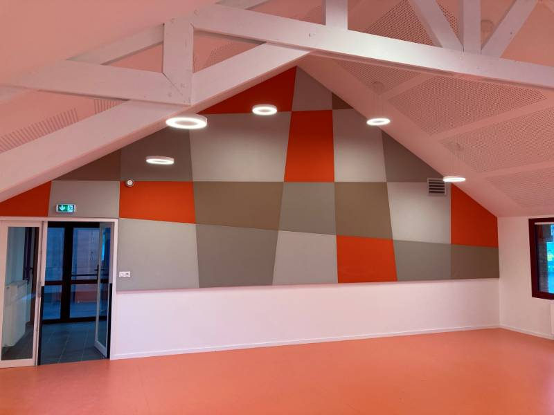 Acoustics of the sports room of a public school improved with acoustic textile wall coverings