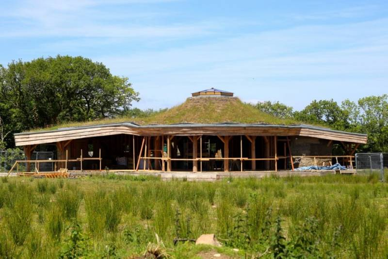 A Natural and Locally Sourced Construction Required an Anti–Root Roofing System