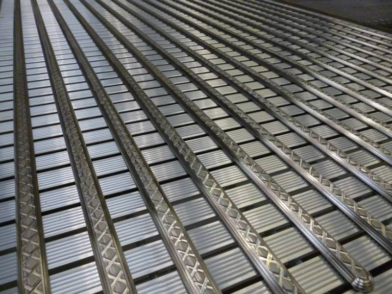 Aluminium decking modified to assist visually impaired