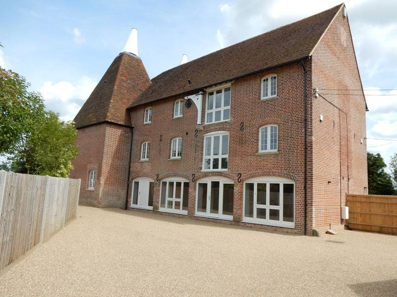 A unique renovation of a former Oast House in charming Yalding