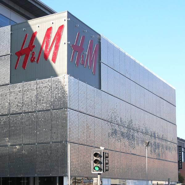 STEREO-KINETIC wall cladding system at H&M, freely-moving stainless steel sheets suspended within each 63x132mm aperture of a Stereo-3 grating mesh panel.