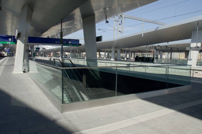 Easy Glass cap rails - Vienna central station