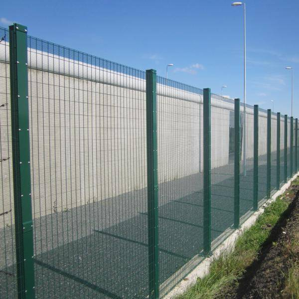 Securifor 2D + Securifor Post With Spider Clamps On Footplate - Metal mesh fence panel