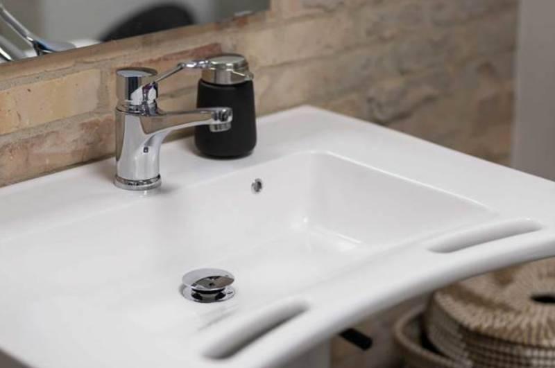 Simon's accessible bathroom with height adjustable bathroom aids