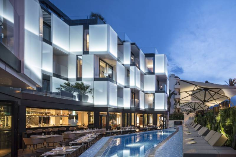 Hotel Sir Joan featuring Reynaers CF 77 folding aluminium door system