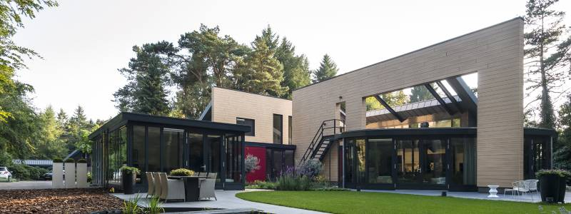 Detached House Veluwe. TRESPA PURA NFC® AS CONNECTING FACTOR BETWEEN TWO BUILDING VOLUMES