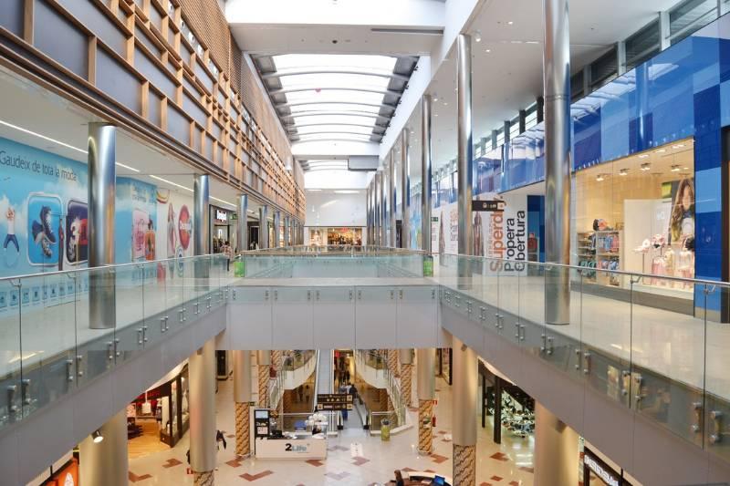 Easy Glass MOD 0760 stand-off railing system + Easy Glass Slim frameless glass balustrade - Shopping centre