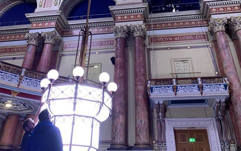 Leeds Town Hall – Chandelier Winch Systems Speed Up Efficiency and Improve Safety