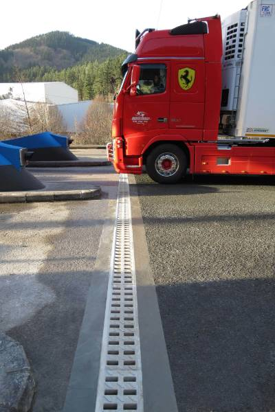 KOMPAQDRAIN® CHANNEL AT THE TOLL STATION ON THE ARRASATE/MONDRAGÓN AP-1 MOTORWAY (SPAIN)