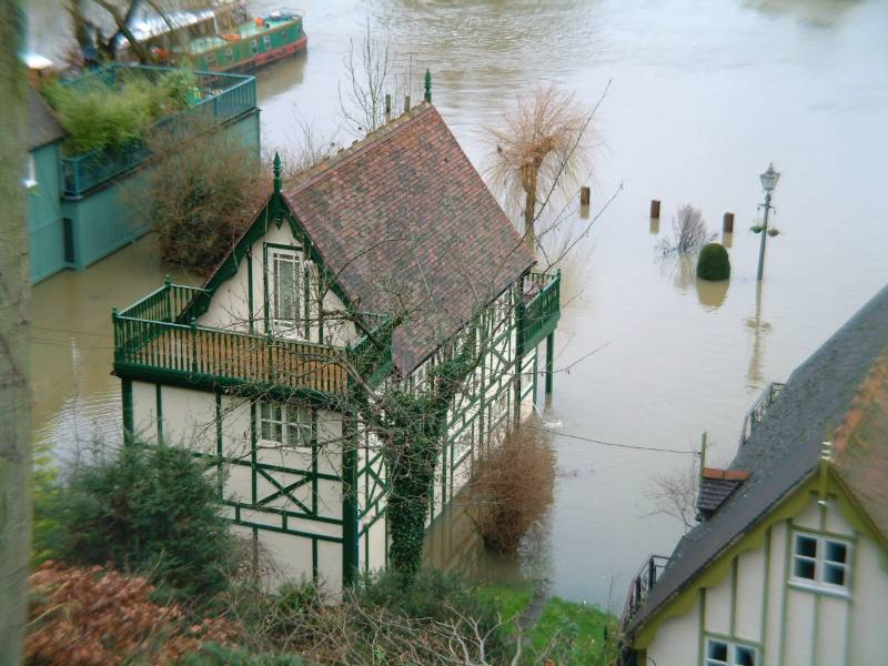 Newton System 500 flood mitigation controls the River Thames